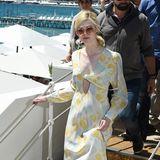 Im zart-seidigen, verträumten Retro-Look besucht Elle Fanning den Strand des Hotels Martinez.