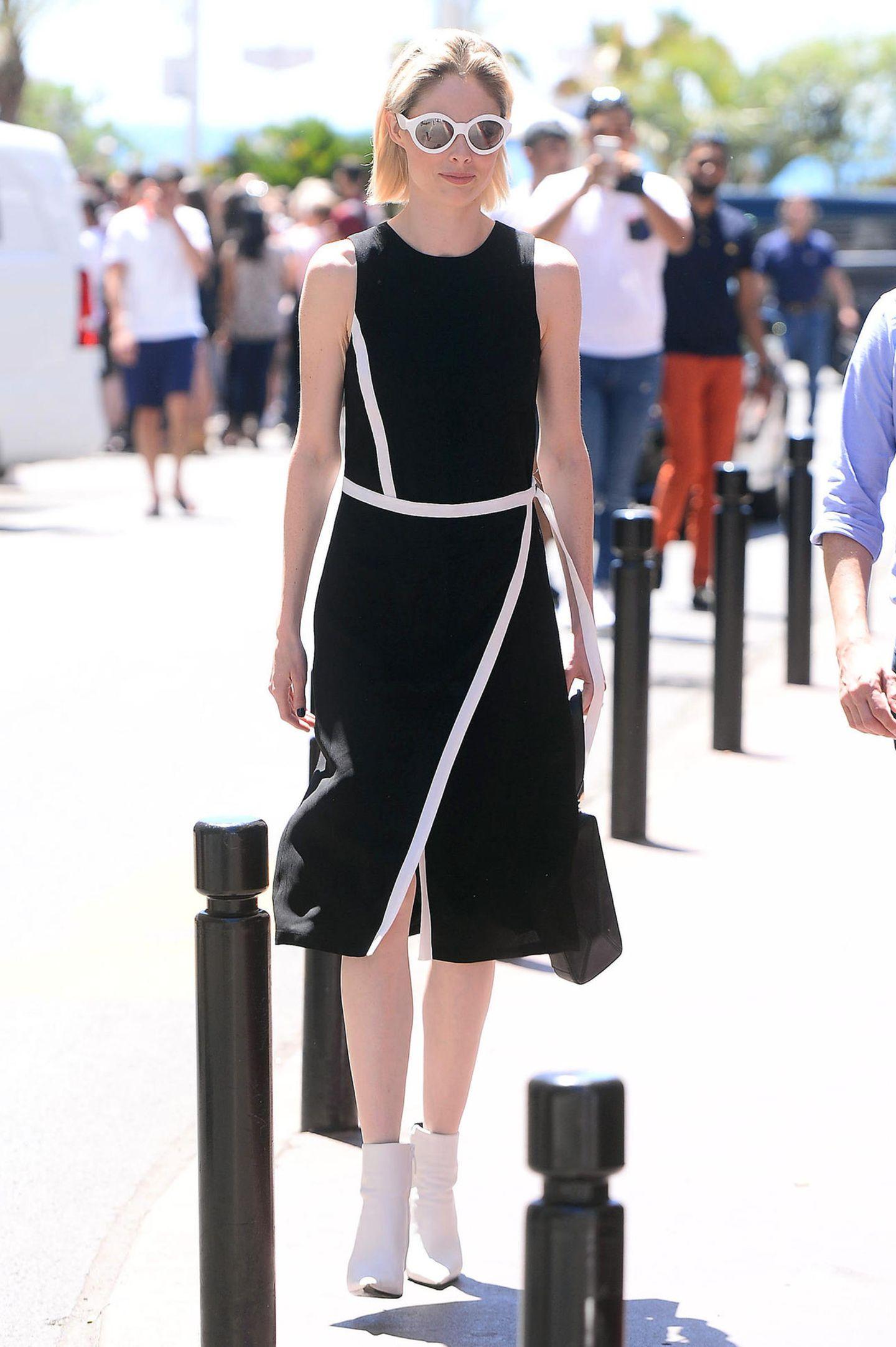 Sportlich-schick in Schwarz-Weiß läuft Topmodel Coco Rocha durch die sonnigen Straßen von Cannes.