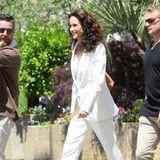 Ganz in Weiß strahlt Andie MacDowell im sommerlich-eleganten Anzug.