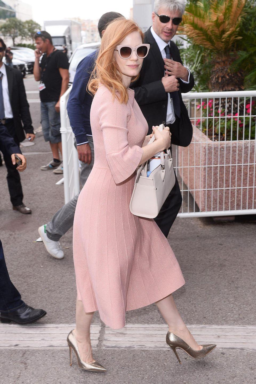 Ganz dezent glitzert Jessica Chastains altrosafarbenes Wollkleid, das sie passend mit mattgoldenen High-Heels kombiniert.