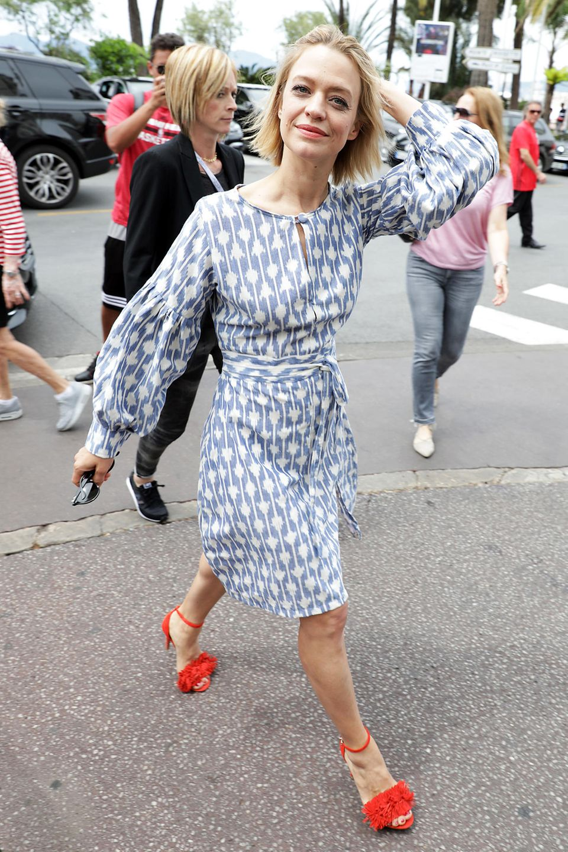 Heike Makatsch setzt mit ihren roten Hingucker-High-Heels einen schönen Kontrast zum blassblau-weißen Sommerdress.