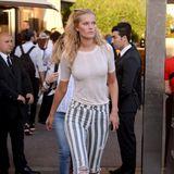 Wenig glamourös, aber dafür bequem: Zum zart roséfarbenen Shirt trägt Toni Garrn sexy Streifen-Jeans und weiße Sneaker.