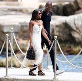 Im sommerlich-romantischen Spitzenkleid spaziert Supermodel Naomi Campbell über den Steg des berühmten Hotel du Cap Eden Rock in Cannes.