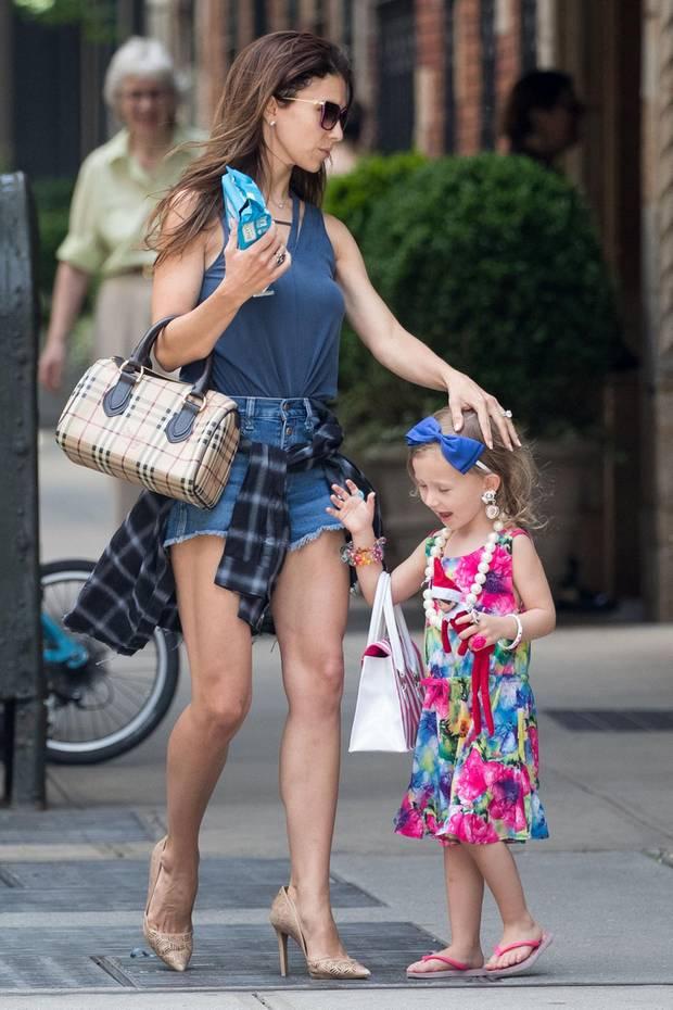 """Schon im zarten Alter von drei Jahren beweist Carmen Baldwin, die kleine Tochter von Hilaria und Alec Baldwin, Modemut. Ihre niedliche Verkleidung soll wohl an Carrie Bradshaw aus """"Sex and the City"""" erinnern."""