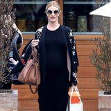 """Von vorne ist dem Model die Schwangerschaft fast nicht anzusehen. Zum Lunch mit Freunden im """"Soho House"""" trägt sie ein schwarzes Maxi-Dress, coole Nietensandalen von Valentino und ein schwarzes Jäckchen."""