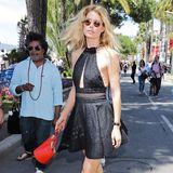Im schwarzen Neckholder-Minikleid zieht das blonde Supermodel Doutzen Kroes die Blicke der Cannes-Besucher an der Croisette auf sich.
