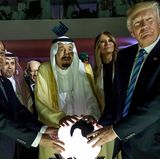 21. Mai 2017  Der ägyptische Präsident Abd al-Fattah as-Sisi (l.), Saudi Arabiens König Salman ibn Abd al-Aziz (m.) und Donald Trump halten die Hände an eine Lichtkugel. Die skurrile Szene sorgte sofort für einen Hype in den sozialen Medien. So hat z.B. ein Twitter-User mit Photoshop Saruman (Der Herr der Ringe) aufs Bild geschmuggelt.