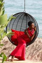 Model Amilna Estevao wird für das L'Oreal Fotoshooting in Szene gesetzt.