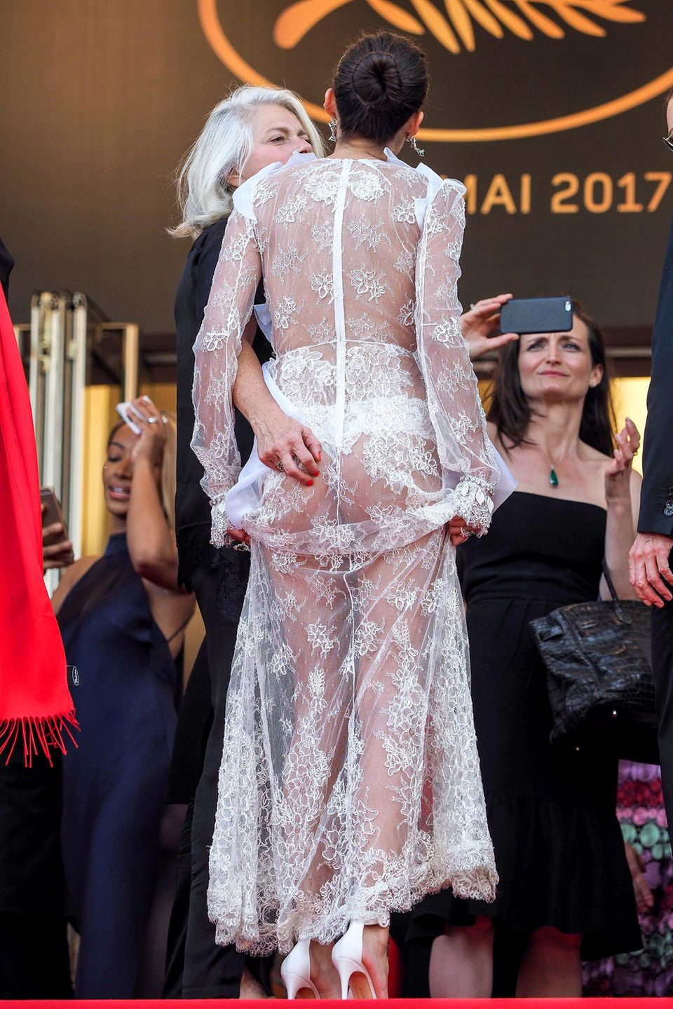 Bei diesem transparenten Kleid vonSara Sampaio muss man aufpassen wo die Hände hinwandern.