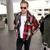 Rocker? Baumfäller? Auf jeden Fall hot! Ryan Gosling kombiniert sein schwarz-weißes Rockeroutfit und Lederjacke mit der karierten Wolljacke.