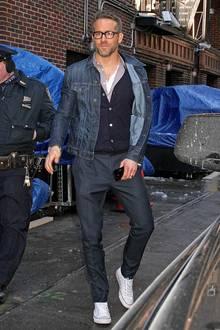 Ryan Reynolds hat den Blues. Aber im positiven Sinne, die dunklen Blautöne von Anzughose, Cardigan und Jeansjacke harmonieren perfekt, und die weißen Chucks sind ein toller Kontrast dazu.
