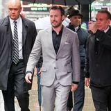 Chris Evans zeigt im grauen Anzug zum schwarzen Oberhemd, dass Anzüge keine Krawatten brauchen.