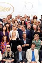 Was für ein Starauflauf: Auf diesem Bild tummeln sich große Namen wie Mads Mikkelsen, Christoph Waltz, Charlize Theron, Catherine Deneuve, Juliette Binoche, Will Smith, Nicole Kidman, Uma Thurman, Kirsten Dunst und viele mehr.