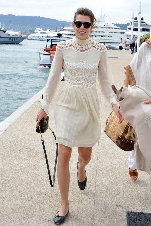 Im cremefarbenen Sommerkleid mit floralen Spitzen-Details zeigt sich Charlotte Casiraghi gut gelaunt bei den Filmfestspielen in Cannes.