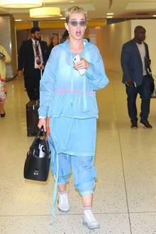 Ach du Schreck! Katy Perry scheint wohl ganz genau zu wissen, wie schaurig ihr blaues Pluster-Outfit aussieht. Würde sie sonst so erschrocken schauen?!