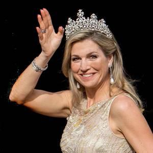 Das jährliche Dinner für das diplomatische Korps besucht Königin Máxima mit der prachtvollen Württemberger Perlen-Tiara, die wohl 1897 für die damalige Königin Wilhelmina angefertigt wurde und seitdem von Königin zu Königin weitergegeben wird. Allerdings fehlt hier etwas...