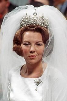 So sieht die Tiara eigentlich aus, nämlich mit einer zusätzlichen Reihe von 11 abnehmbaren Perlen, die das prachtvolle Diadem noch höher erscheinen lassen. Königin Beatrix trug das schöne Stück bei ihrer Hochzeit mit Claus im März 1966.