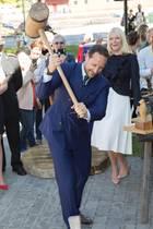 23. Mai 2017  Zur Eröffnung einer Ausstellung zeigt Kronprinz Haakon vollen Körpereinsatz. Seine Frau, Kronprinzessin Mette-Marit, zeigt sich beeindruckt.