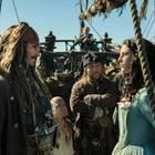 Jack Sparrow (Johnny Depp) und Crew wundern sich über die neue starke Frau an Bord - Carina Smyth (Kaya Scodelario)