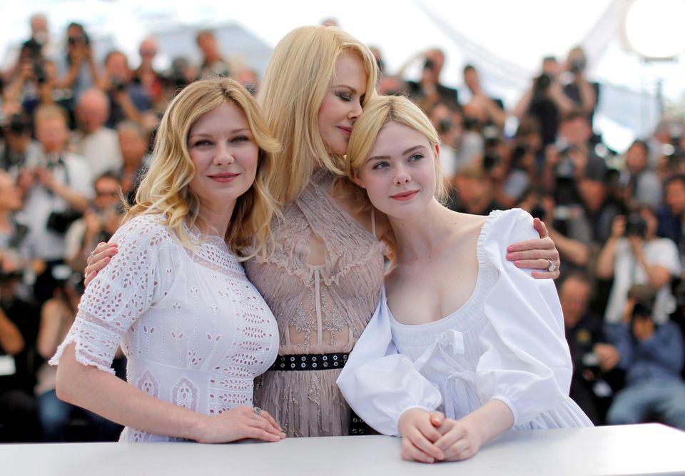 """Liebevoll schließt Nicole Kidman Kirsten Dunst und Elle Fanning bei dem """"The Beguiled""""-Fototermin in ihre Arme."""