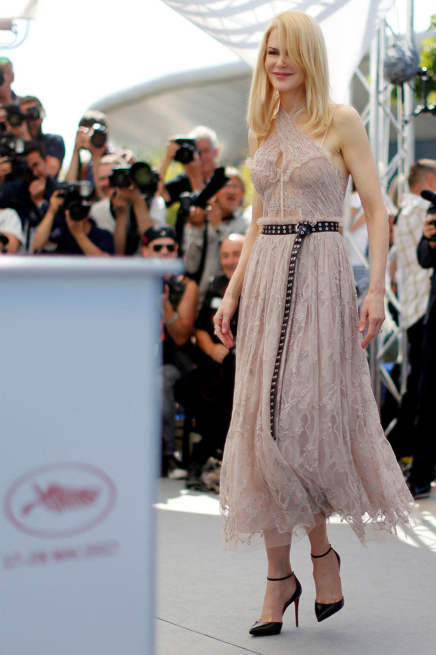 """Schöner Kontrast: Nicole Kidman kombiniert für den Fototermin für """"The Beguiled"""" ihr romantisches, nudefarbenes Spitzenkleid mit rockigem Nietengürtel."""