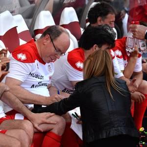 """23. Mai 2017  Fürst Albert gibt ein Autogramm während des Benefizfußballspiels """"World Stars Football Match"""" in Monte Carlo. Leider rutschte die Hose des weiblichen Fans etwas zu tief und sorgte so für einen peinlichen Tanga-Blitzer."""