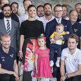 Für den Empfang der schwedischen Eishockey-Mannschaft, die gerade Weltmeister geworden sind, hat sich Prinzessin Estelle mit ihrem pinkfarbenen Kleidchen besonders hübsch gemacht. Der süße Prinz Oscar trägt ganz passend das Trikot der Sportler.