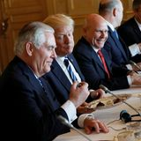 24. Mai 2017  Während des Meetings mit dem Belgischen Premierminister genießt Präsident Trump, zwischen Rex Tillerson und H.R. McMaster sitzend, leckere belgische Schokolade.
