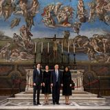 24. Mai 2017  Die Sixtinische Kapelle dürfte selbst den milliardenschweren Trump-Clan beeindrucken. Jared Kuschner, seine Frau Ivanka Trump, Donald Trump und seine Melania Trump posieren für ein ganz besonderes Familienfoto.
