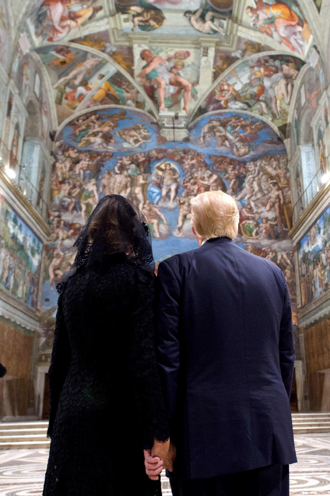 24. Mai 2017  Hand in Hand bestaunt das umstrittene Paar die verzierte Decke der Sixtinischen Kapelle. Vorher sorgten Bilder von einer handwegklatschenden Melania für Gerüchte, dass es bei dem Paar ordentlich kriselt. Damit dürfte erst mal Schluss sein.