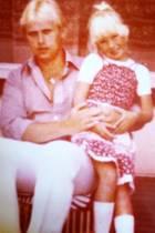 """Jenny Elvers postet zum Vatertag ein Foto aus den guten alten Zeiten: """"PAPA IST DER BESTE! Meine Lieben, ich wünsche Euch einen herrlichen Feiertag! Das Foto ist übrigens 1979 in Holland entstanden."""""""