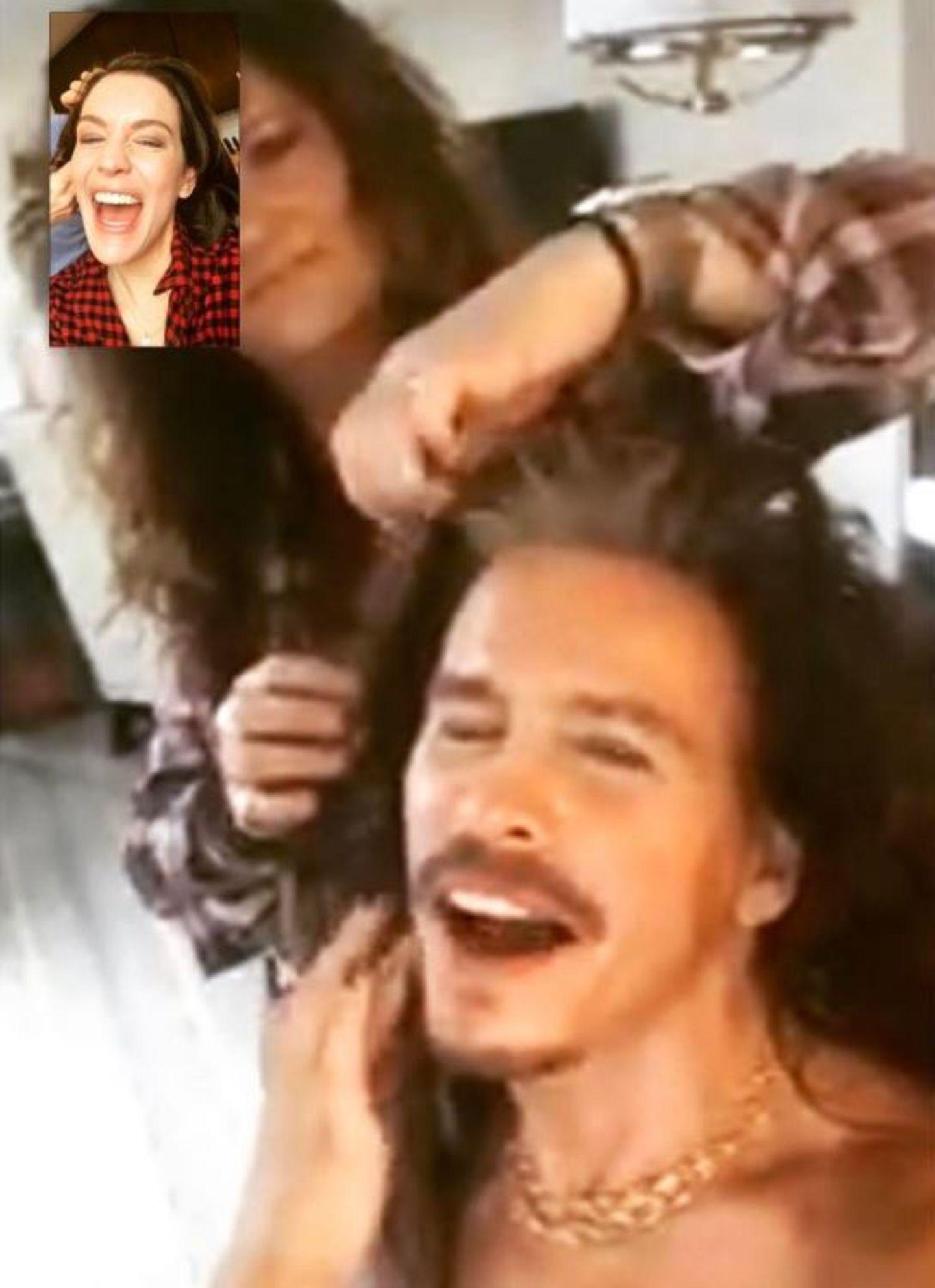 Gelangweilt vom Friseurtermin ruft Liv Tyler ihren Papa Steven Tyler an. Wie der Zufall es so will, werden dem Aerosmith-Sänger ebenfalls die Haare gemacht. Und so entsteht ein Video-Telefonat der etwas anderen Art.