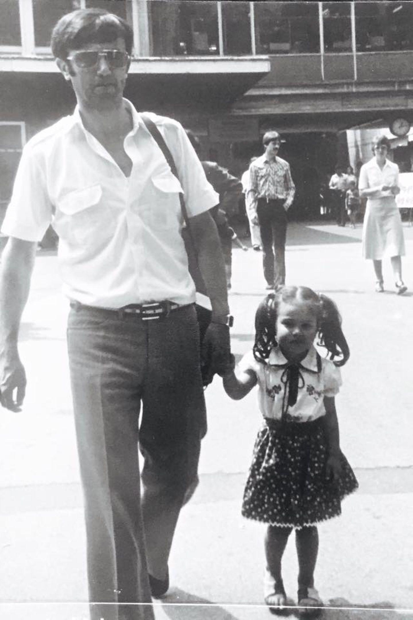 Ein herrlich süßes Foto aus der Kindheit schenkt uns Nazan Eckes. Darauf zu sehen ist die kleine Nazan an der Hand ihres Vaters, dem sie zum Vatertag gratuliert.