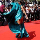 Das Kleid dieses Gastes macht sich selbstständig und gewährt Blicke auf Stellen, die lieber im Verborgenen bleiben wollten.
