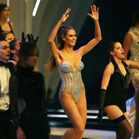 """Wow! So sexy eröffnet Heidi Klum das """"Germany's Next Topmodel""""-Finale 2017 in Oberhausen. Sie legt eine filmreife Show ab, singt und tanzt."""