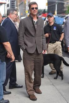 Jackett, Flanellhemd und knittrige Leinenhose haben schon bessere Tage gesehen. Brad Pitt selbst irgendwie auch ...
