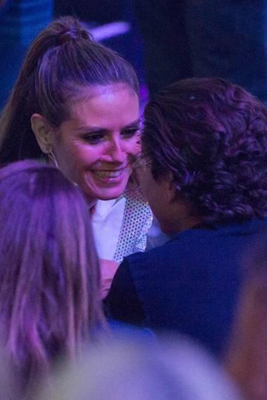 25. Mai 2017  Hier zeigt sich, wie glücklich Heidi Klum über die Anwesenheit von Vito ist. Freudestrahlend sitzt sie neben ihm und gibt ihm - bevor es zurück auf die Bühne geht - einen süßen Kuss. Das nennen wir mal einen niedlichen Support!