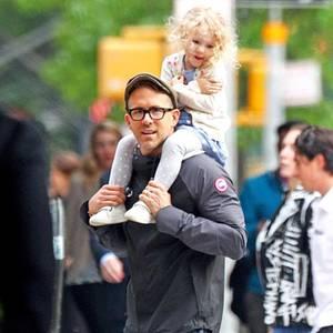 Toll, wenn man einen Papa hat, der einen durch ganz New York trägt!  Darüber kann sich die kleine James freuen, die bei ihrem prominenten Vater, Ryan Reynolds, auf den Schultern sitzen darf. Von hier kann sie alles ganz toll übersehen und ist Daddy ganz nah. Einziges Manko: Da oben scheint es so windig zu sein, dass sich der süße Spross die Strickjacke festhalten muss.