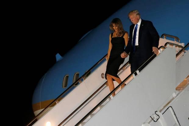 25. Mai 2017  Händchen haltend steigen Donald und Melania Trump aus ihrem Flieger aus. Sie sind gerade auf Sizilien gelandet.