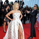 """Hailey Baldwin zeigt auf dem roten Teppich der """"The Beguiled""""-Premiere im sexy Karo-Look viel Bein."""
