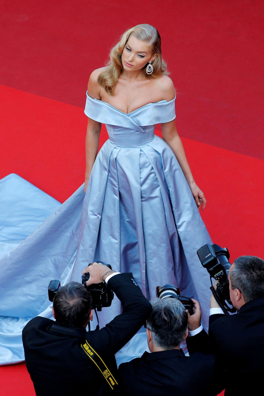 Topmodel Elsa Hosk sieht im langen, hellblauen Satin-Kleid aus wie eine Prinzessin.
