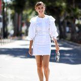 Das hochgeschlossene, weiße Blusenkleid mit den auffälligen Ärmeln braucht nicht viel, um toll auszusehen. Stefanie kombiniert es mit einer kleinen Clutch und silbernen Accessoires: fertig ist der Sommerlook!