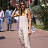 Schlicht und doch so schön: In einem nudefarbenen Seidenkleid und silbernen Riemchen-Heels schlendert Stefanie Giesinger durch Cannes.
