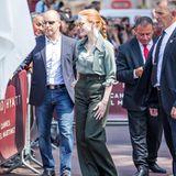 Als Rothaarige kann Jessica Chastain natürlich Grüntöne am besten tragen, und das macht sie hellgrüner Bluse und dunkelgrüner Marlene-Hose besonders schick.