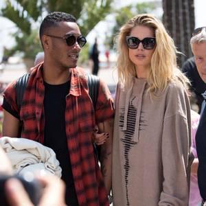 Bei so vielen Glamour-Looks braucht Supermodel Doutzen Kroes auch mal eine modische Abwechslung, und trägt beim Spaziergang mit ihrem Mann Sunnery James an der Croisette lieber einen bequemen Swaeter.