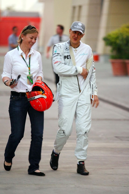 Managerin Sabine Kehm und Michael Schumacher beim Großen Preis von Bahrain am 11. März 2010.