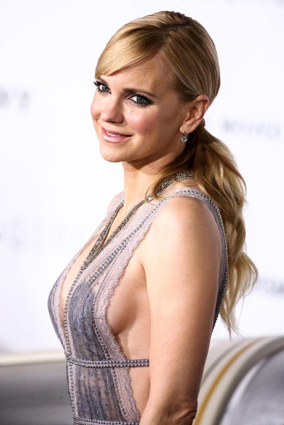 Anna Faris zeigt, dass der Side-Boob-Look auch in romantischer Spitze gut funktioniert.