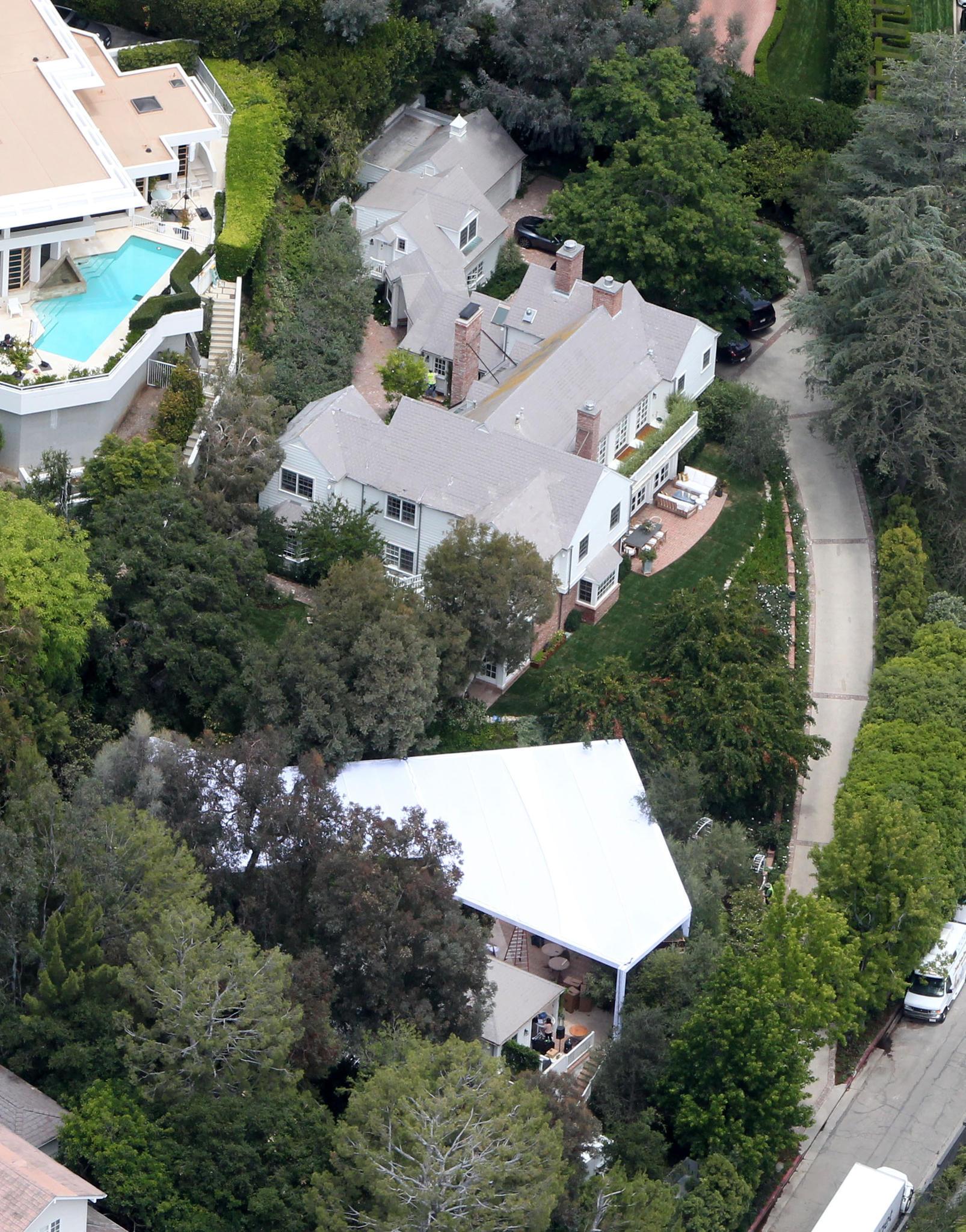 Hinter dem Haus von Snapchat-Gründer Evan Spiegel in Los Angeles ist am 26. Mai 2017 ein großes weißes Zelt aufgebaut worden.