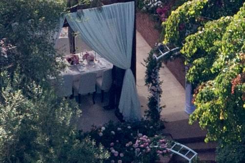 Weiße Vorhänge, romantische Torbögen, Blumenbouquets: So hübsch ließen Miranda und Evan ihre Anwesen für ihren großen Tag dekorieren.