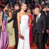 Topmodel Natasha Poly zeigt sich auf dem roten Teppich superelegant in Weiß.